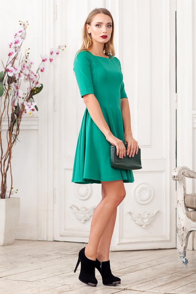 0105005Стильное платье из плотного трикотажа с рукавом до локтя. Модель приталенного силуэта с расклешеной юбкой. Вырез горловины каре.