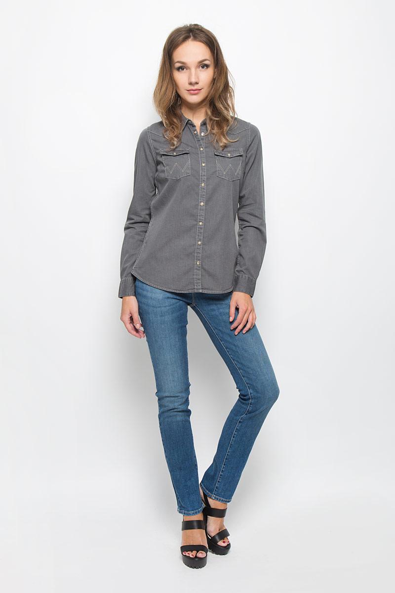 РубашкаW5045C66EСтильная женская рубашка Wrangler, выполненная из натурального хлопка, подчеркнет ваш уникальный стиль и поможет создать оригинальный образ. Такой материал великолепно пропускает воздух, обеспечивая необходимую вентиляцию, а также обладает высокой гигроскопичностью. Рубашка с длинными рукавами и отложным воротником застегивается на кнопки и пуговицу спереди. Манжеты рукавов также застегиваются на кнопки и пуговицу. Модель дополнена двумя нагрудными карманами. Классическая рубашка - превосходный вариант для базового гардероба и отличное решение на каждый день. Такая рубашка будет дарить вам комфорт в течение всего дня и послужит замечательным дополнением к вашему гардеробу.
