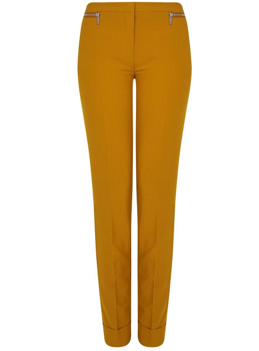 11701033-3/45660/5700NСтильные женские брюки oodji Ultra изготовлены из качественного комбинированного материала. Модель-слим со стандартной посадкой выполнена в лаконичном стиле и по низу брючин оформлена стильными манжетами. Застегиваются брюки на застежку-молнию, потайную пуговицу и металлический крючок в поясе. Спереди изделие оформлено двумя втачными карманами и декоративными молниями, а сзади двумя карманами-обманками.