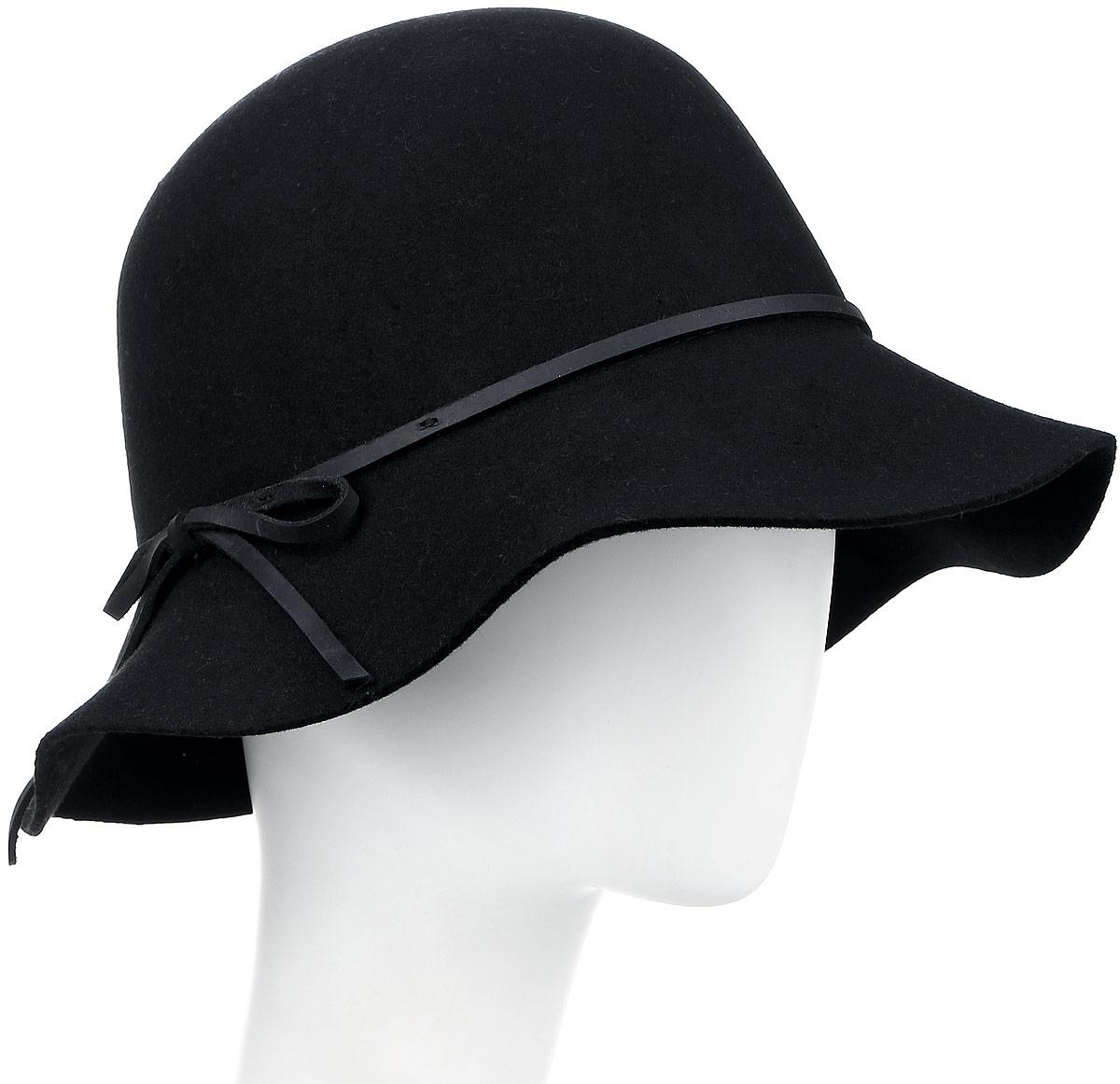 Шляпа105-9807Элегантная женская шляпа Goorin Brothers, выполненная из высококачественного тонкого фетра, дополнит любой образ. Модель с невысокой тульей и загнутыми вниз полями. Шляпа-клош по тулье оформлена тонким ремешком из кожи с лаконичным бантом сбоку. Внутри модель дополнена плотной тесьмой для комфортной посадки изделия по голове. Аккуратные поля шляпы придадут вашему образу таинственности и шарма. Такая шляпа подчеркнет вашу неповторимость и прекрасный вкус.