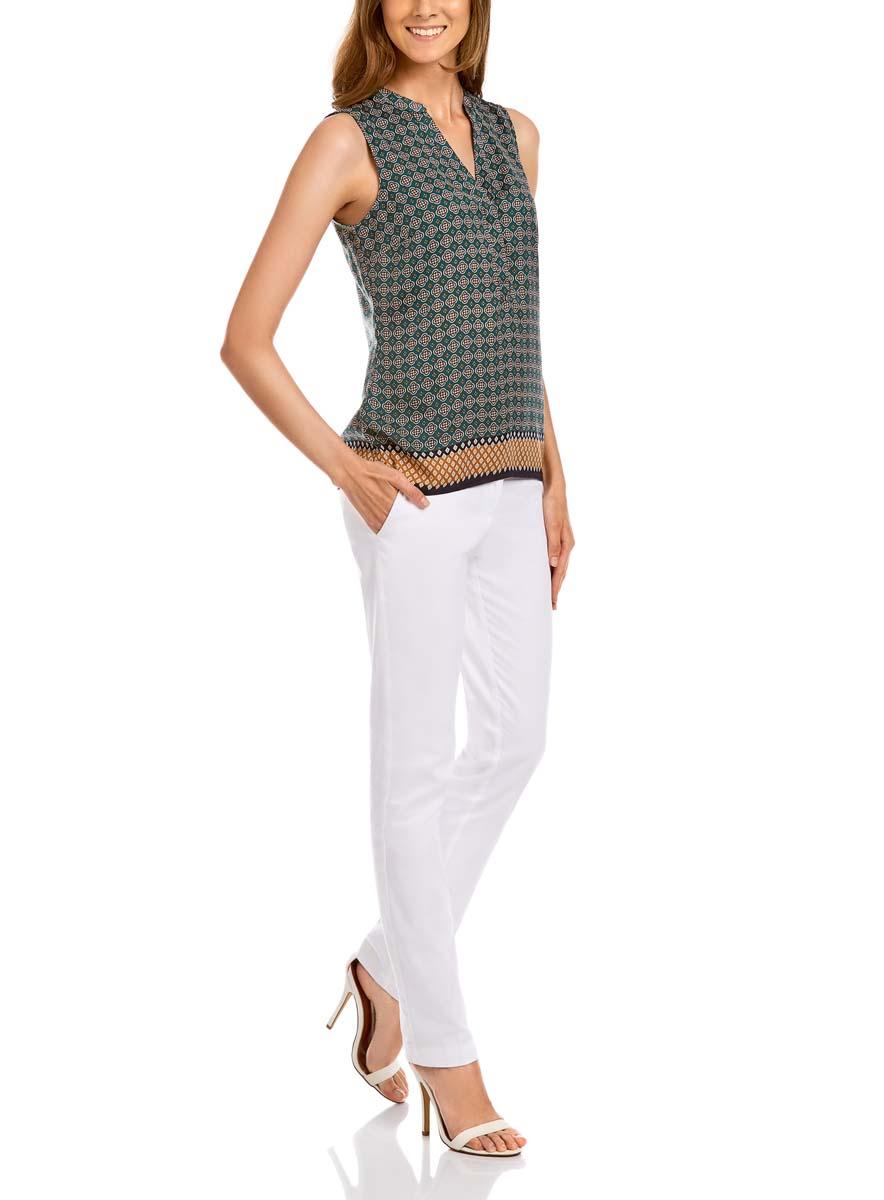 Блузка21400388-2/35542/6E37GОригинальная женская блузка oodji Collection, выполненная из качественного полиэстера, не оставит вас без внимания. Модель без рукавов и с V-образным вырезом горловины застегивается спереди на три пуговицы с защитной планкой. Оформлена блузка стильным контрастным принтом.