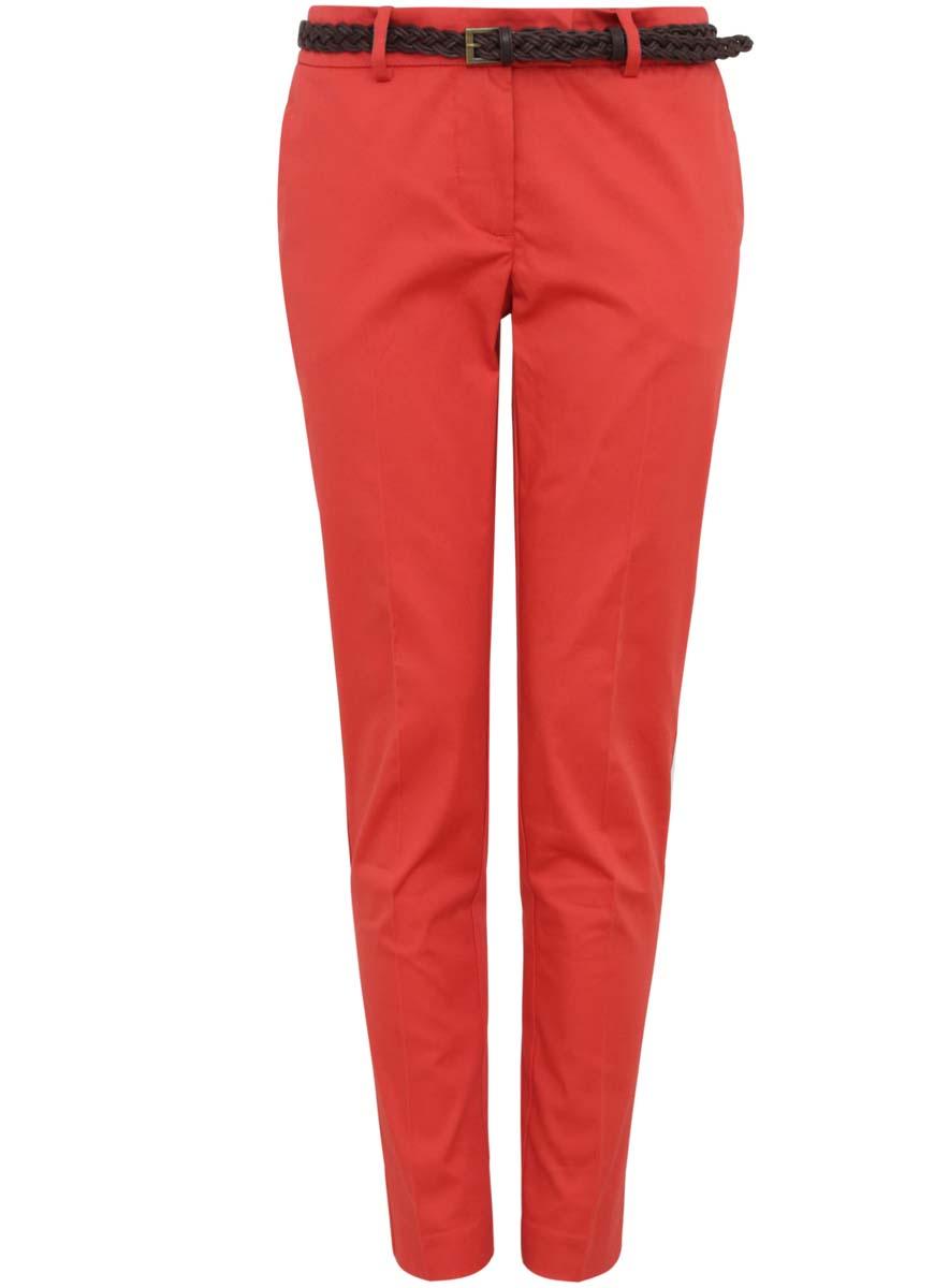Брюки21701088-1/14522/5500NСтильные женские брюки oodji Collection изготовлены из натурального хлопка с добавлением эластана. Модель-слим застегивается на потайную пуговицу, металлический крючок в поясе и ширинку на застежке-молнии, имеются шлевки для ремня. Брюки со стандартной талией имеют спереди два втачных кармана, а сзади декорированы имитацией прорезных карманов. В комплект к изделию входит плетеный ремешок.