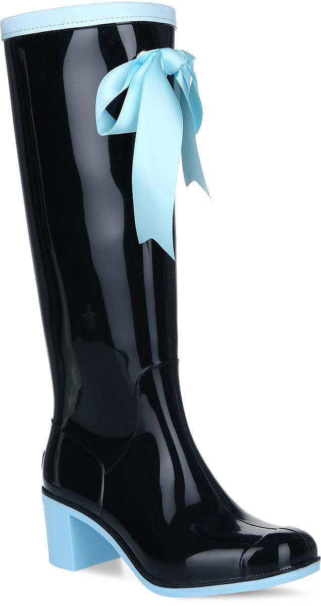 G59/Black&Blue_warmРезиновые сапоги на каблуке от Boomboots выполнены из поливинилхлорида. Цельнолитая модель полностью герметична. Подкладка и стелька изготовлены из мягкого ворсина. Верх голенища декорирован атласным бантом и дополнен окантовкой из искусственной кожи контрастного цвета. Модель на застежке-молнии. Задник декорирован логотипом бренда. Подошва оснащена рифлением.