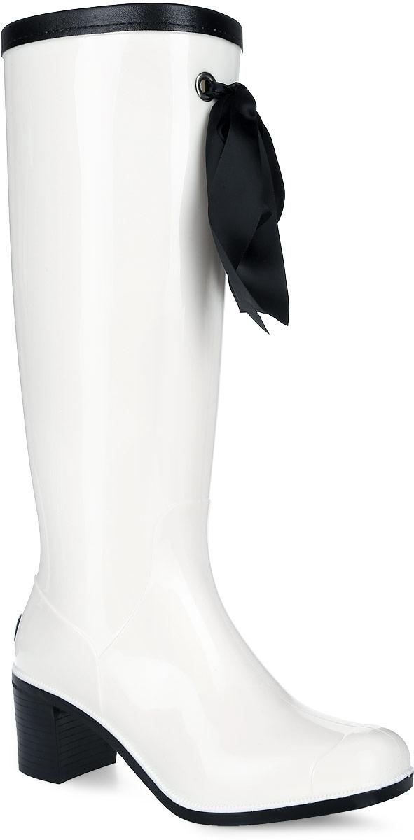 G78/Black&Blue_warmРезиновые сапоги на каблуке от Boomboots выполнены из поливинилхлорида. Цельнолитая модель полностью герметична. Подкладка и стелька изготовлены из мягкого ворсина. Верх голенища декорирован атласным бантом и дополнен окантовкой из искусственной кожи контрастного цвета. Модель на застежке-молнии. Задник декорирован логотипом бренда. Подошва оснащена рифлением.