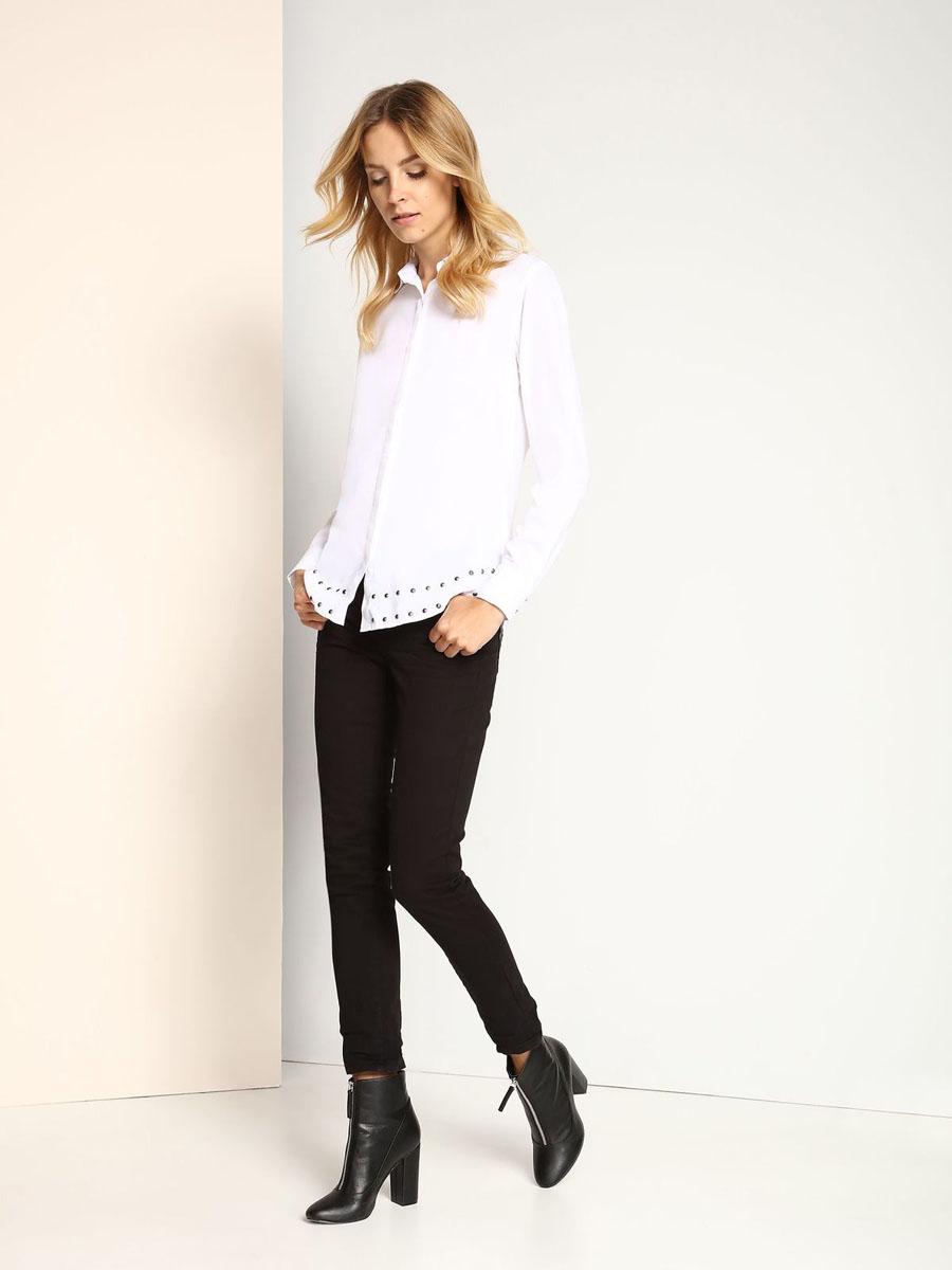 РубашкаSKL2129BIЖенская рубашка Top Secret, выполненная из 100% вискозы, станет отличным дополнением к вашему гардеробу. Рубашка с отложным воротником и длинными рукавами застегивается на пуговицы. Манжеты рукавов также застегиваются на пуговицы. Изделие выполнено в лаконичном стиле и оформлено по низу металлическими клепками.