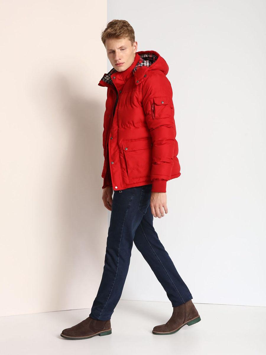 КурткаSKU0723GRМужская куртка Top Secret выполнена из 100% полиэстера и дополнена теплой подкладкой. Модель со съемным капюшоном, воротником-стойкой и длинными рукавами застегивается на застежку-молнию и имеет ветрозащитную планку на кнопках. Капюшон пристегивается к изделию за счет застежки-молнии. Низ рукавов дополнен эластичными манжетами. Спереди расположено два накладных кармана с клапанами на кнопках, а с внутренней стороны - прорезной карман на застежке-молнии. На левом рукаве расположен накладной карман с клапаном на кнопке и боковой карман на застежке-молнии.