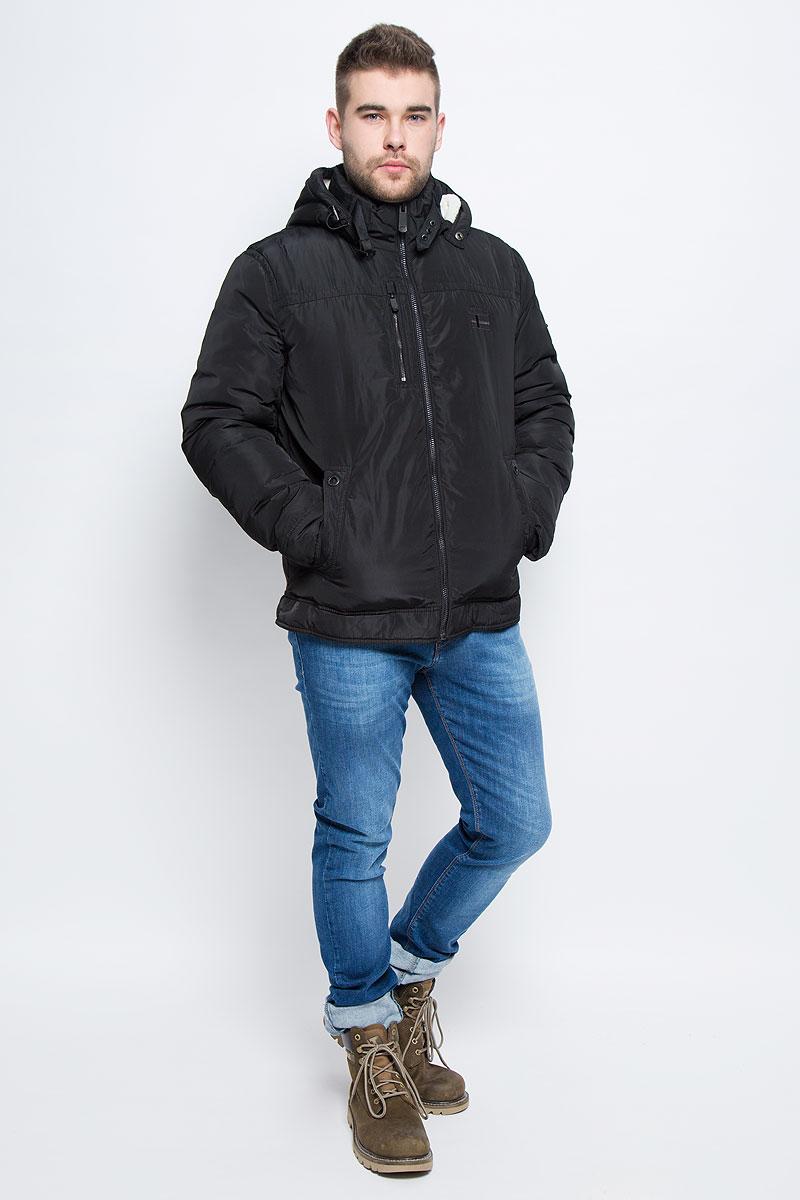 КурткаW16-22000_101Мужская куртка Finn Flare с длинными рукавами, воротником-стойкой и съемным капюшоном на кнопках выполнена из полиэстера. Наполнитель - синтепон. Капюшон изделия оснащен шнурком-кулиской. Объем воротника регулируется при помощи узкого ремешка с металлической пряжкой. Куртка застегивается на застежку-молнию спереди. Изделие оснащено двумя накладными карманами на кнопках и втачным карманом на застежке-молнии спереди, а также одним внутренним втачным карманом на застежке-молнии и двумя накладными карманами. Рукава дополнены внутренними трикотажными манжетами.