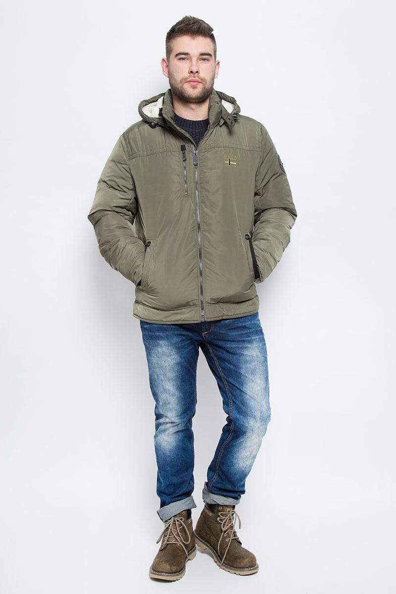 W16-22000_101Мужская куртка Finn Flare с длинными рукавами, воротником-стойкой и съемным капюшоном на кнопках выполнена из полиэстера. Наполнитель - синтепон. Капюшон изделия оснащен шнурком-кулиской. Объем воротника регулируется при помощи узкого ремешка с металлической пряжкой. Куртка застегивается на застежку-молнию спереди. Изделие оснащено двумя накладными карманами на кнопках и втачным карманом на застежке-молнии спереди, а также одним внутренним втачным карманом на застежке-молнии и двумя накладными карманами. Рукава дополнены внутренними трикотажными манжетами.