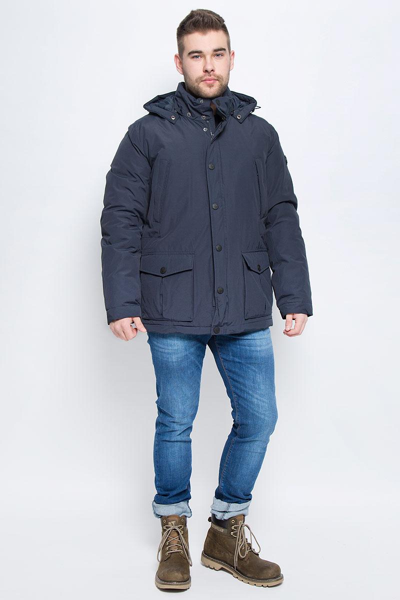 КурткаW16-21006_101Мужская куртка Finn Flare выполнена из хлопка с добавлением нейлона. В качестве подкладки и наполнителя используется полиэстер. Модель с воротником-стойкой и со съемным капюшоном застегивается на застежку-молнию с двумя бегунками и имеет ветрозащитную планку на кнопках. Капюшон дополнен эластичным шнурком со стоплерами и пристегивается к изделию за счет кнопок. Низ рукавов дополнен хлястиками на кнопках. Объем по линии талии регулируется за счет скрытого эластичного шнурка со стоплерами. Спереди расположено два накладных кармана с клапанами на кнопках и два прорезных кармана на застежке-молнии, а с внутренней стороны накладной карман на пуговице и два прорезных кармана, один застегивается на застежку-молнию, а второй хлястиком на пуговицу. Модель оформлена фирменными нашивками.