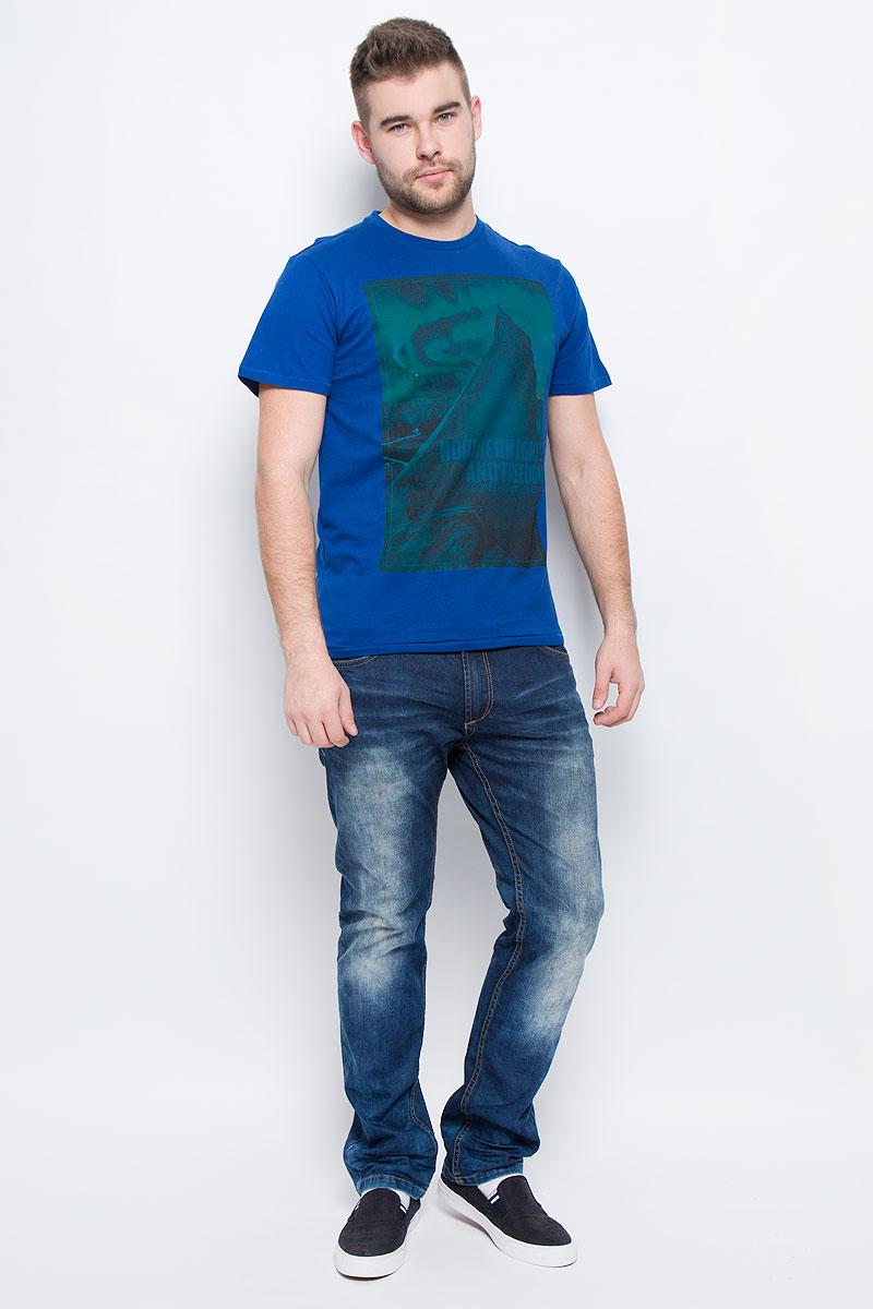 ФутболкаTs-211/1094-6436Мужская футболка Sela Casual Wear с короткими рукавами и круглым вырезом горловины выполнена из натурального хлопка. Футболка украшена крупным принтом с изображением альпиниста на вершине горы под северным сиянием.