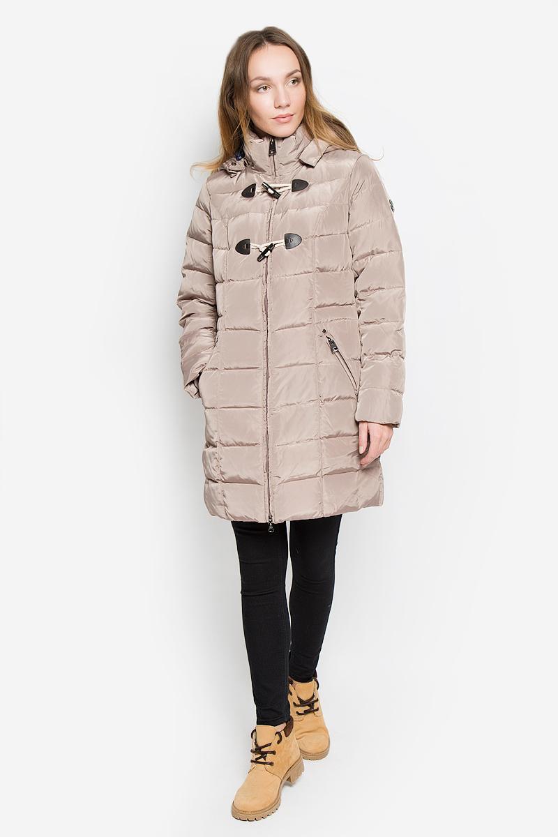 W16-12019_142Стильное женское пальто Finn Flare изготовлено из высококачественного полиэстера. В качестве утеплителя используется пух с добавлением пера. Пальто с воротником-стойкой и съемным капюшоном, дополненным эластичным шнурком, застегивается на пластиковую молнию и дополнительно на оригинальные пуговицы. Капюшон пристегивается к пальто с помощью кнопок. Спереди расположены два прорезных кармана на застежках-молниях. Талия с внутренней стороны регулируется с помощью эластичного шнурка. Манжеты рукавов дополнены трикотажными напульсниками.