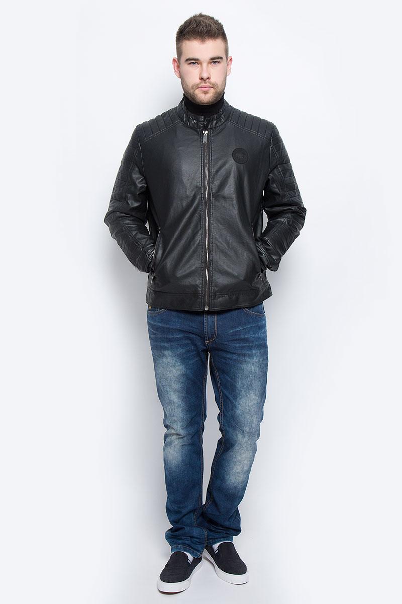 B536533_BLACKМужская куртка Baon выполнена из полиуретана. В качестве подкладки используется полиэстер. Модель с длинными рукавами и воротником-стойкой застегивается на застежку-молнию. Низ рукавов дополнен манжетами на кнопках. Спереди расположено два прорезных кармана на застежке-молнии, а с внутренней стороны - два накладных кармана. Куртка оформлена фирменной нашивкой.
