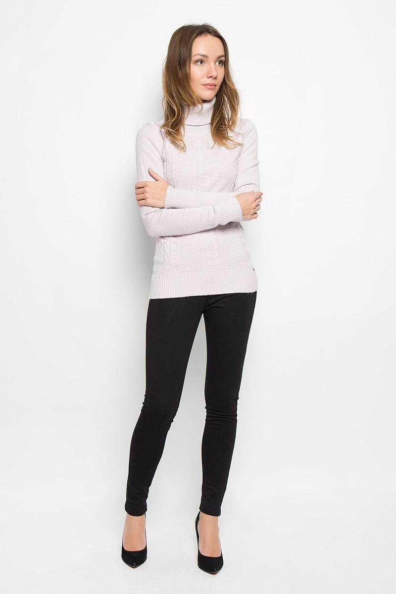 СвитерW16-32112_300Модный женский свитер выполнен из комбинированной мягкой пряжи. Модель с воротником-гольф и длинными рукавами великолепно подойдет для холодной погоды. Воротник, низ изделия и манжеты рукавов связаны резинкой. Низ изделия дополнен металлической пластиной с логотипом бренда.