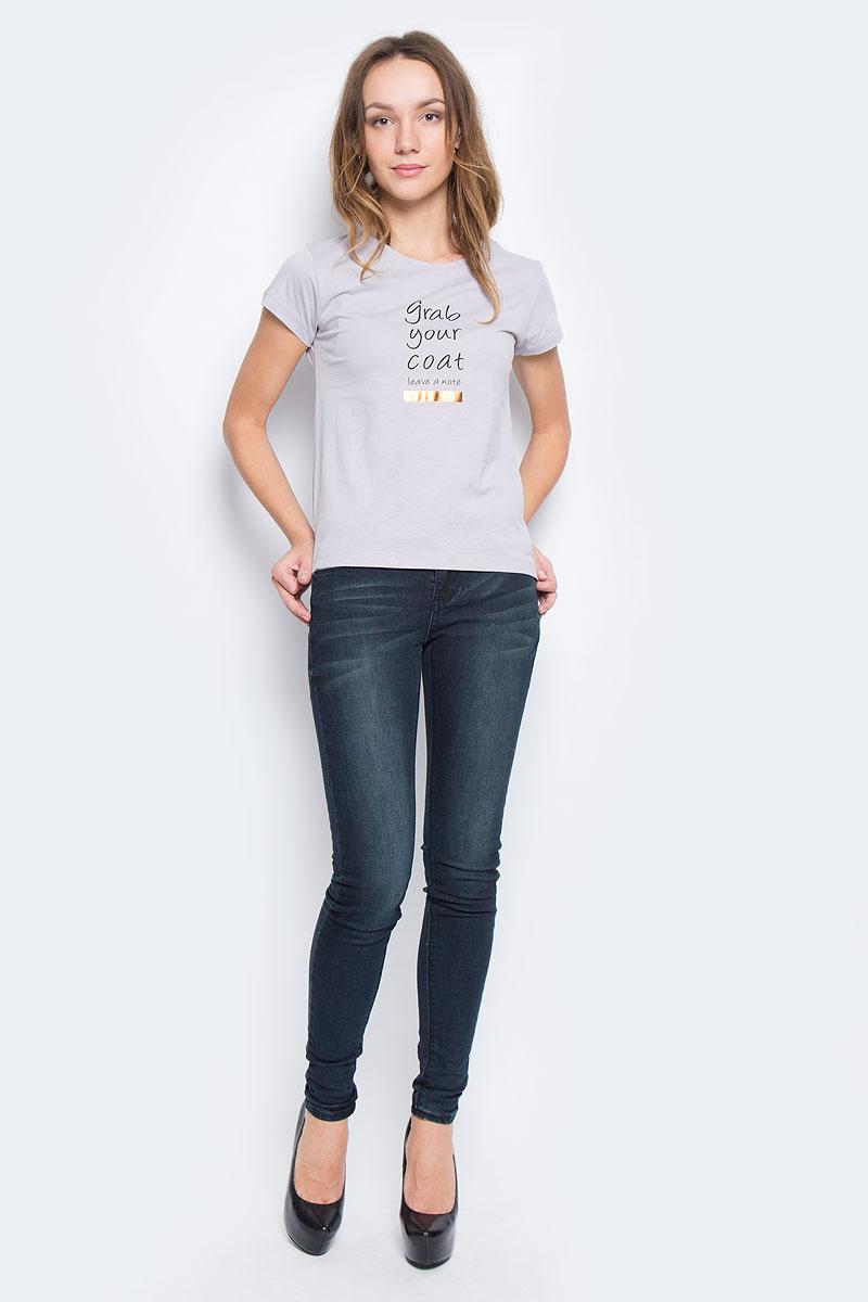 10156866_01BЖенская футболка Broadway Charlize выполнена из натурального хлопка. Модель с круглым вырезом горловины и короткими рукавами. Модель оформлена принтовыми надписями на английском языке.