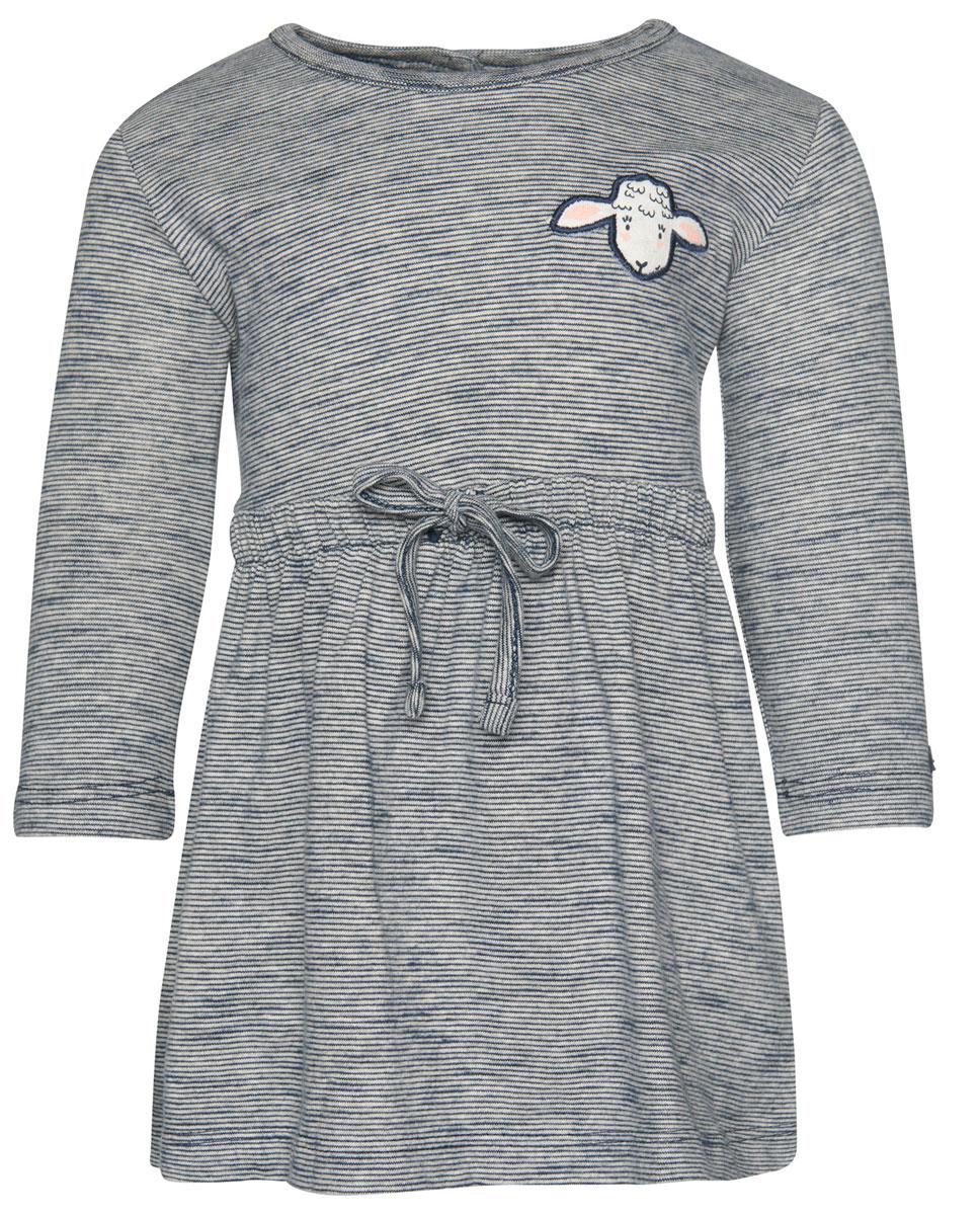 Платье5019430.00.21_6740Очаровательное платье Tom Tailor идеально подойдет вашей дочурке. Изделие выполнено из высококачественного материала. Модель с длинными рукавами и круглым воротником застегивается на кнопки, расположенные на спинке. Спереди оформлено нашивкой. На талии модель дополнена резинкой с кулиской.