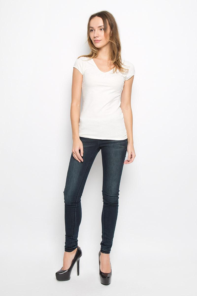 10156603_001Женская футболка Broadway Dana выполнена из хлопка с добавлением эластана. Модель с V-образным вырезом горловины и короткими рукавами. Спереди изделие оформлено небольшими складками.