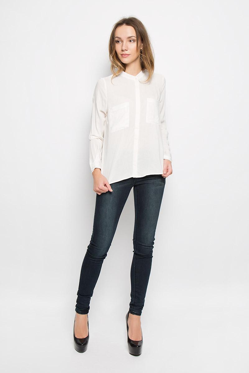 Блузка10156633_001Стильная женская блузка выполненная из 100% вискозы будет хорошо сочетаться как с юбкой, так и с брюками. Модель с круглым вырезом горловины и длинными рукавами застегивается по всей длине на пластиковые пуговицы скрытые планкой. На груди блузка дополнена двумя накладными карманами.