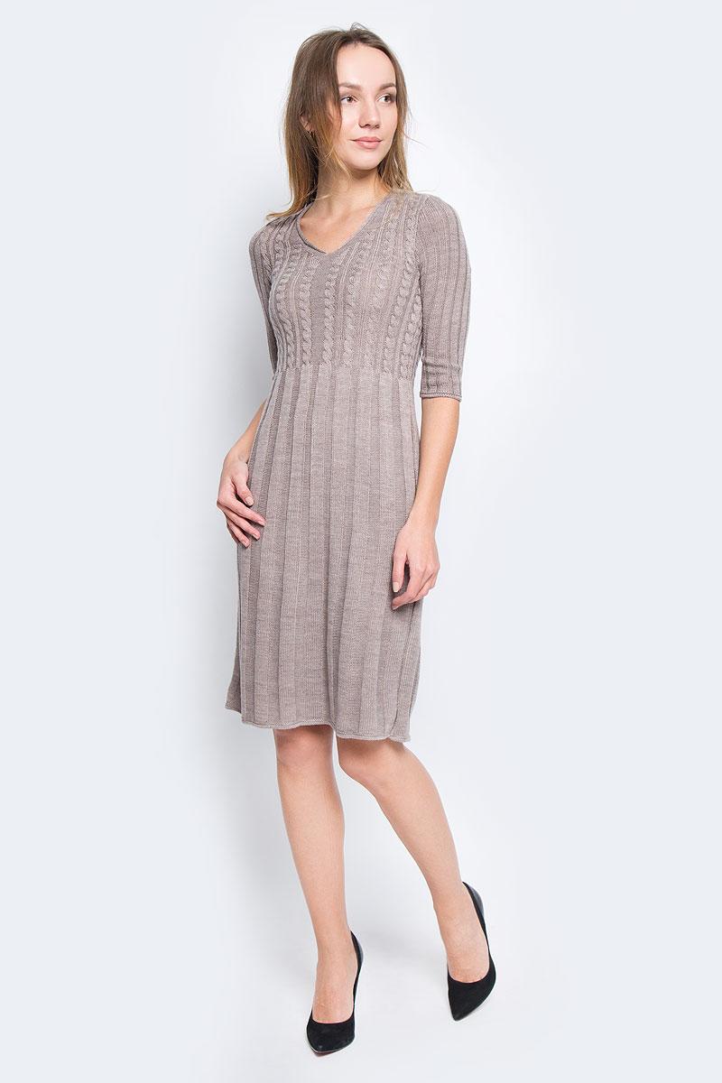 1364Платье Milana Style выполнено из ПАН с добавлением шерсти. Вязаная модель средней длины с рукавами по локоть имеет V-образный вырез горловины. Платье оформлено объемным вязаным узором.