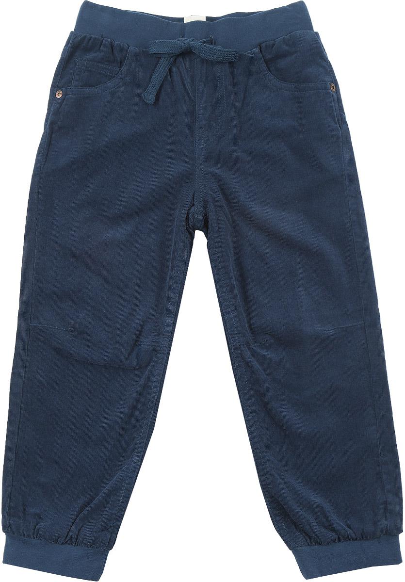 БрюкиP-715/778-6414Брюки для мальчика Sela изготовлены из натурального хлопка. Прямые брюки имеют широкую эластичную резинку на поясе. Обхват талии регулируется шнурком-кулиской. Модель дополнена двумя втачными карманами и маленьким накладным кармашком спереди, а также двумя накладными карманами сзади. Брючины дополнены эластичными манжетами по низу. Изделие оформлено имитацией ширинки.