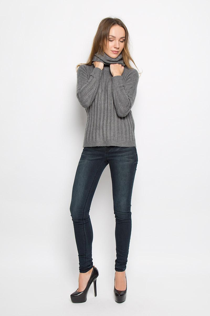 10156935_703Стильный женский свитер, выполненный из качественной комбинированной пряжи, отлично дополнит ваш образ и согреет в холодную погоду. Модель с воротником-гольф и длинными рукавами по бокам дополнена небольшими разрезами.