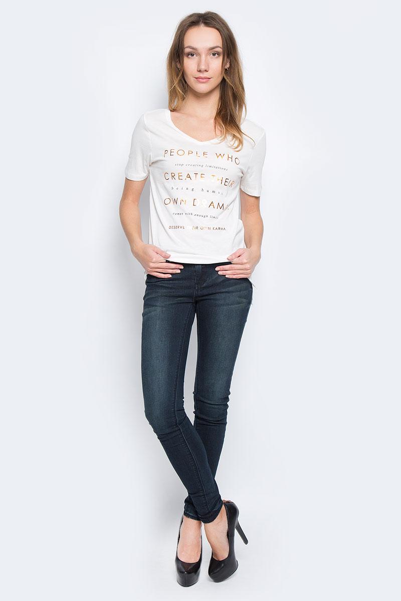 10156870_01AЖенская футболка Broadway Bonny выполнена из хлопка и вискозы. Модель с V-образным вырезом горловины и короткими рукавами. Спинка изделия немного удлинена, а в боковых швах обработаны небольшие разрезы. Модель оформлена принтовыми надписями на английском языке.