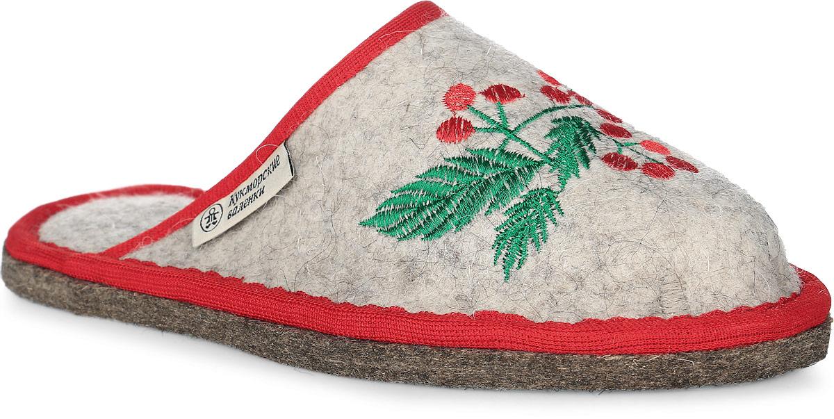 Т-04Войлочные тапки с закрытым носком от Кукморские валенки полностью изготовлены из натуральной овечьей шерсти. Модель дополнена текстильной окантовкой и декорирована узорной вышивкой в виде ягод.