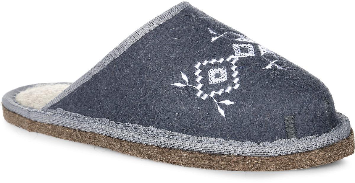 Т-05Войлочные тапки с закрытым носком от Кукморские валенки полностью изготовлены из натуральной овечьей шерсти. Модель дополнена текстильной окантовкой и декорирована узорной вышивкой.