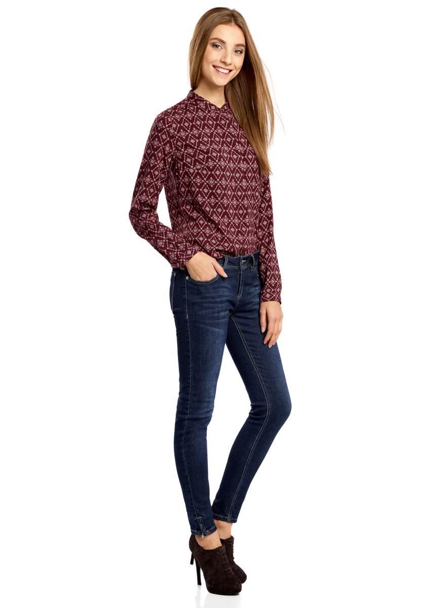 Блузка21411063-2/26346/4912GОригинальная женская блузка oodji Collection, выполненная из качественной вискозы, не оставит вас без внимания. Модель с воротником-стойкой и длинными рукавами застегивается спереди на пуговицы скрытые планкой. Манжеты рукавов также имеют застежки-пуговицы. Оформлена блузка стильным принтом с узором.