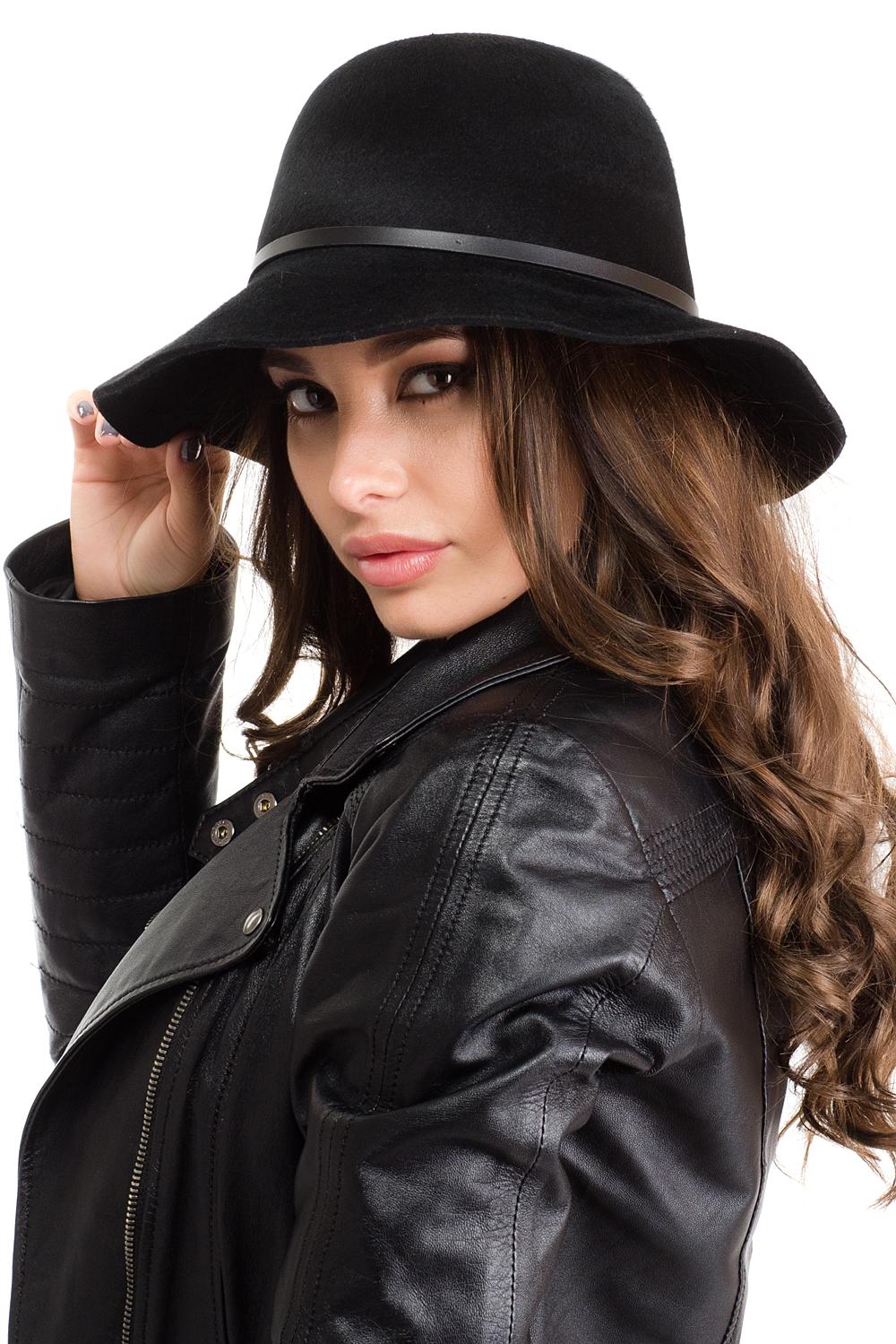 Шляпа141B-1603Элегантная женская шляпа Moltini, выполненная из натуральной шерсти, дополнит любой образ. Модель с широкими полями и высокой тульей. Шляпа-клош по тулье оформлена тонким кожаным ремешком на металлической заклепочке. Внутри модель дополнена плотной тесьмой для комфортной посадки изделия по голове. Аккуратные поля шляпы придадут вашему образу таинственности и шарма. Такая шляпа подчеркнет вашу неповторимость и прекрасный вкус.