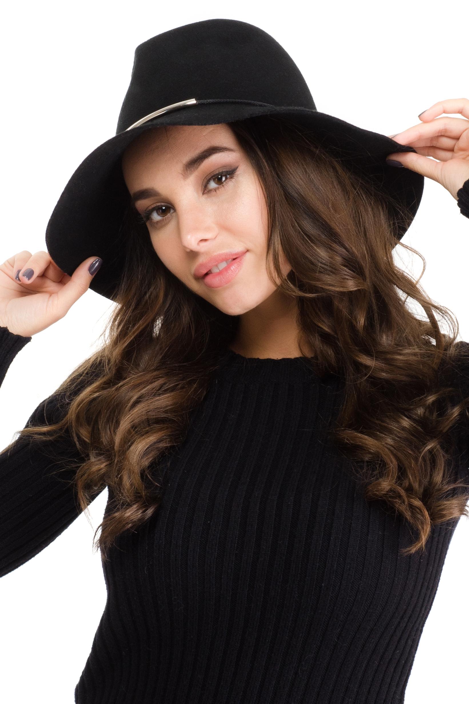 Шляпа141B-1605Элегантная женская шляпа Moltini, выполненная из тонкого фетра, дополнит любой образ. Модель широкими полями и высокой тульей. Шляпа-клош по тулье оформлена тонкой металлической цепочкой, которая дополнена металлическими трубками. Внутри модель дополнена плотной тесьмой для комфортной посадки изделия по голове. Аккуратные поля шляпы придадут вашему образу таинственности и шарма. Такая шляпа подчеркнет вашу неповторимость и прекрасный вкус.