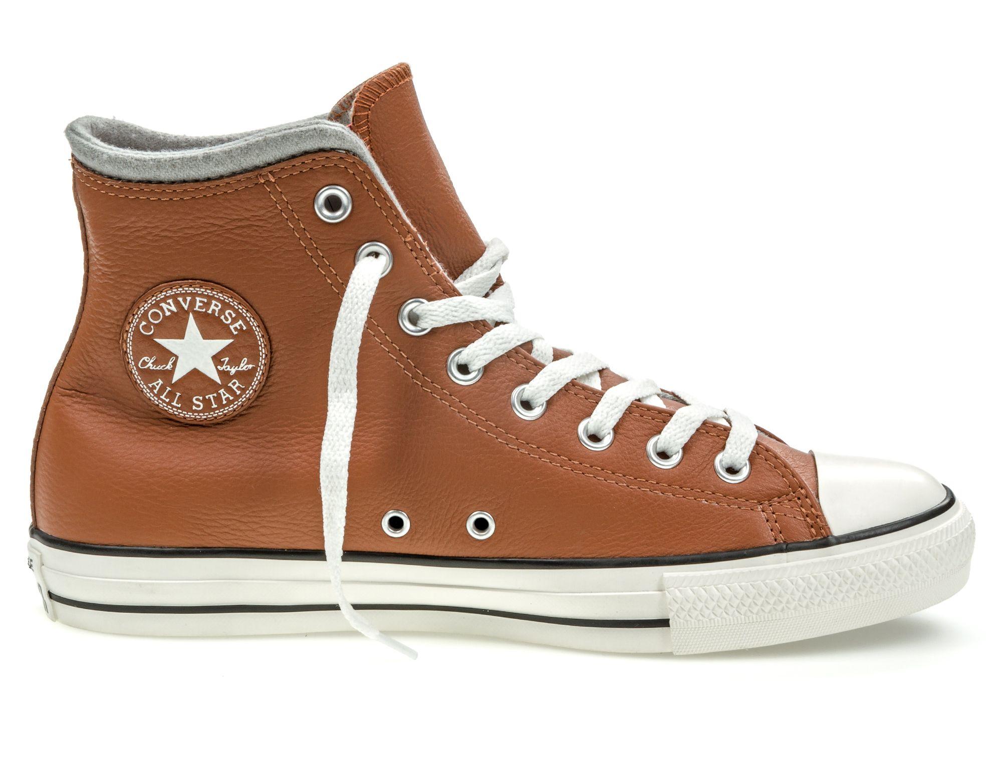 Кеды153819Модные кеды Chuck Taylor All Star от Converse выполнены из натуральной кожи. Мыс модели защищен прорезиненной вставкой. Внутренняя поверхность и стелька из текстиля обеспечивают комфорт. Шнуровка надежно зафиксирует модель на ноге. Подошва дополнена рифлением.