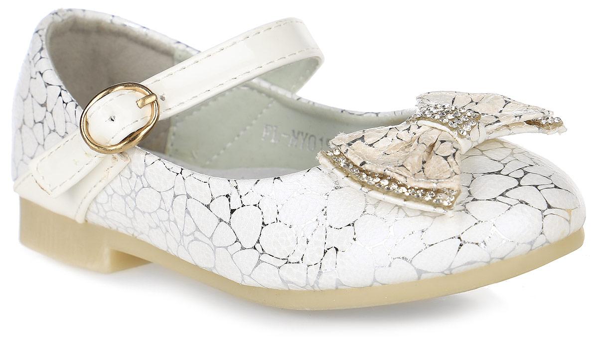 FL-NY01505Прелестные туфли для девочки от Flois Kids выполнены из искусственной кожи с оригинальным узором. Мыс модели оформлен бантиком, украшенным стразами. Ремешок с металлической пряжкой надежно зафиксирует модель на ноге. Внутренняя поверхность из натуральной кожи и стелька из материала ЭВА с поверхностью из натуральной кожи обеспечат комфорт. Стелька дополнена супинатором. Небольшой каблук и подошва с рифлением гарантируют отличное сцепление с любой поверхностью.
