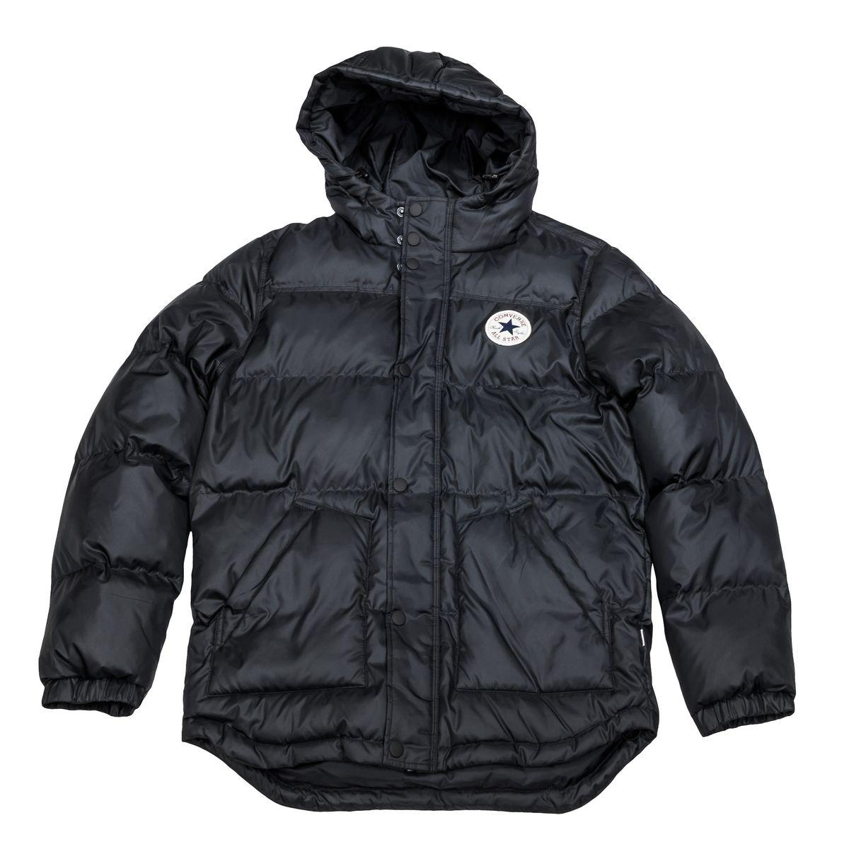 10002137001Мужская куртка Converse выполнена из 100% полиэстера, в качестве утеплителя и подкладке также используется полиэстер. Модель с несъемным капюшоном застегивается на молнию и дополнительно ветрозащитной планкой на кнопках. Спереди куртка оснащена двумя накладными карманами, с внутренней стороны одним прорезным карманом. Низ изделия дополнен кулиской.
