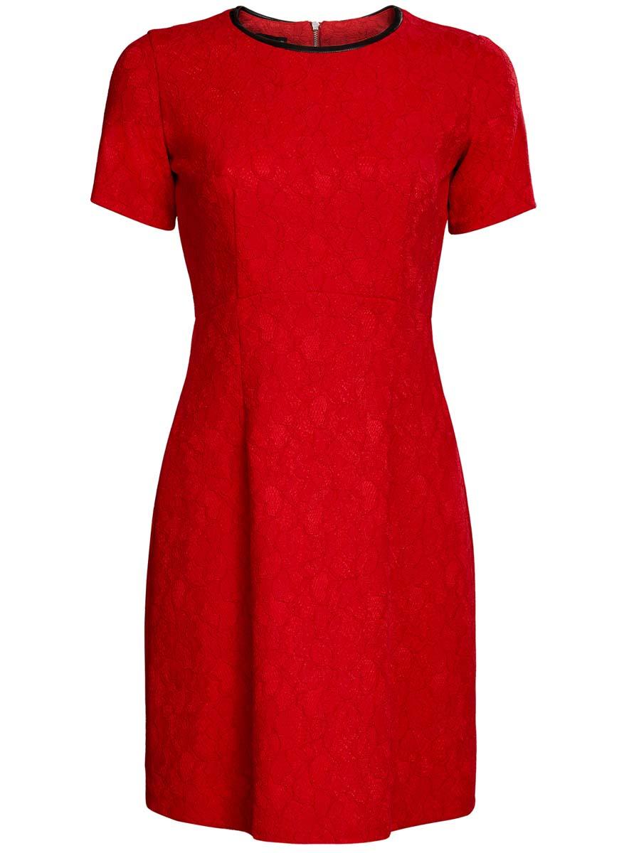 Платье11900213/45991/2935LМодное платье oodji Ultra станет отличным дополнением к вашему гардеробу. Модель выполнена из качественного комбинированного материала на подкладке из полиэстера. Платье-миди с круглым вырезом горловины и короткими рукавами застегивается сзади по спинке на застежку-молнию. Верх модели изготовлен из элегантного кружева, а вырез горловины дополнен вставкой из искусственной кожи.