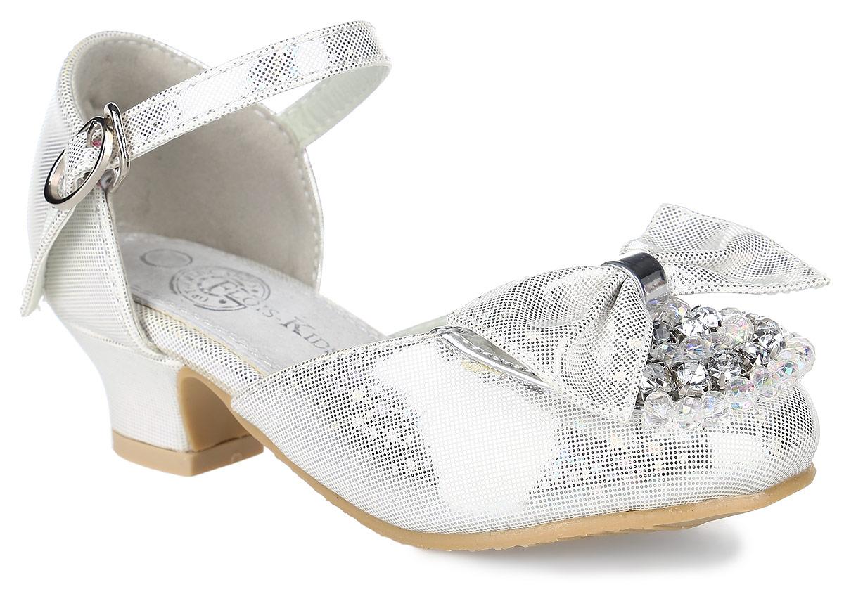 B3323-A08Прелестные туфли для девочки от Flois Kids выполнены из искусственной кожи с блестящим покрытием. Мыс модели оформлен бантиком, искусственными камнями и бусинами. Ремешок с металлической пряжкой, застегивающийся на крючок, надежно зафиксирует модель на ноге. Внутренняя поверхность и стелька из натуральной кожи обеспечат комфорт. Небольшой каблук и подошва с рифлением гарантируют отличное сцепление с любой поверхностью.