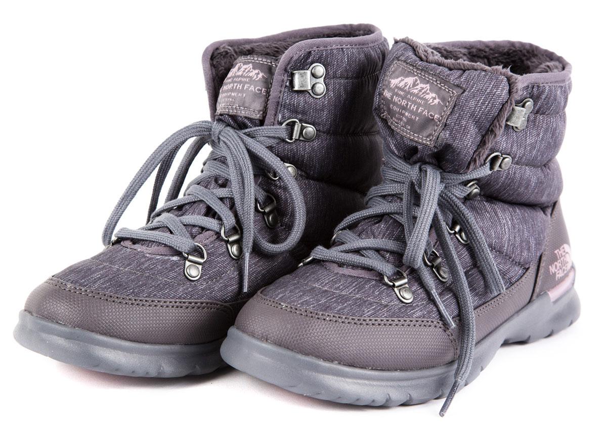 T92T5LNSUЭти эффектные зимние ботинки объединили в себе современные технологии и современный стиль, и великолепно подходят как для приключений в городе, так и для горных склонов. Утеплитель Thermoball™ сохраняет тепло ног даже в сырую погоду, а благодаря усовершенствованной подметке вы никогда не поскользнетесь на ненадежной местности. Встроенная амортизация и водонепроницаемая верхняя часть помогают уменьшить чувство усталости и увеличить комфортные ощущения.