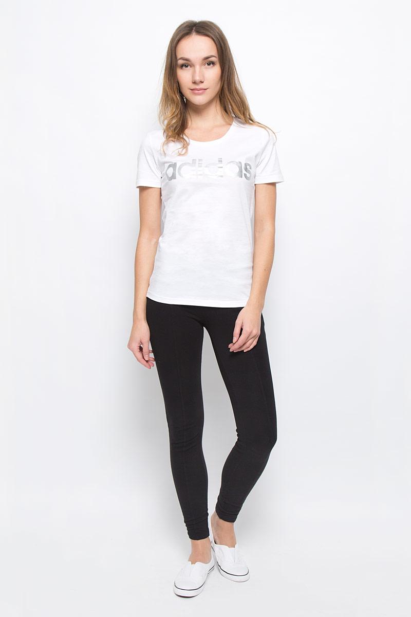 ФутболкаAY4995Женская футболка Adidas Linear, выполненная из натурального хлопка, идеально подойдет для активного отдыха или занятий фитнесом. Ткань мягкая и тактильно приятная, не стесняет движений и позволяет коже дышать. Футболка с круглым вырезом горловины и короткими рукавами оформлена на груди надписью с названием бренда. Футболка станет отличным дополнением к вашему гардеробу, она подарит вам комфорт в течение всего дня!