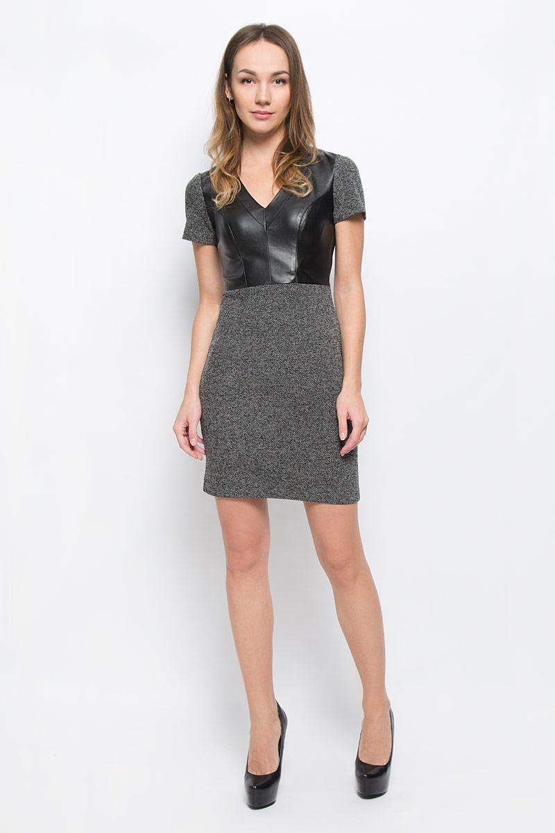 Платье14011008-1/37844/2912MМодное платье oodji станет отличным дополнением к вашему гардеробу. Модель выполнена из полиэстера и хлопка с полиуретановым покрытием. Платье-миди приталенного кроя с V-образным вырезом горловины и короткими рукавами застегивается на застежку-молнию, расположенную на спинке.