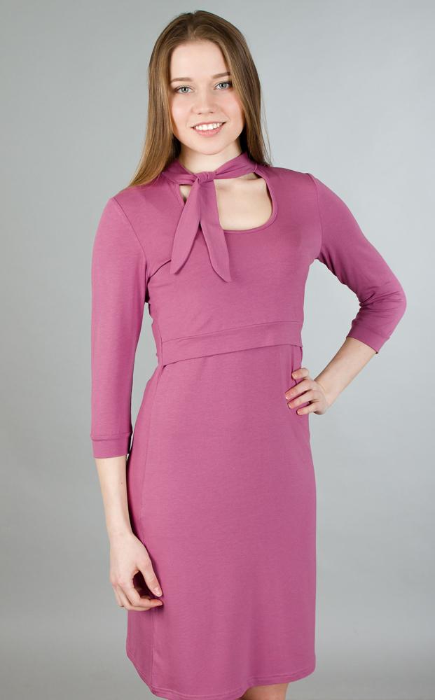 117.1Стильное и удобное платье для будущих и кормящих мам Ням-Ням с рукавами 3/4 и воротником-стойкой, изготовленное из эластичной вискозы, женственное и элегантное. Платье с круглым вырезом на груди, переходящим в завязки-шарфик, подчеркнет очарование будущей мамы, а секрет для кормления делает платье функциональным в период вскармливания ребенка. Секрет кормления скрыт кокеткой с поясом. Рукава понизу дополнены узкими манжетами. Платье слегка прикрывает колено, что позволяет носить данную модель, как с туфлями, так и с сапогами. Также можно носить во время беременности и после родов.