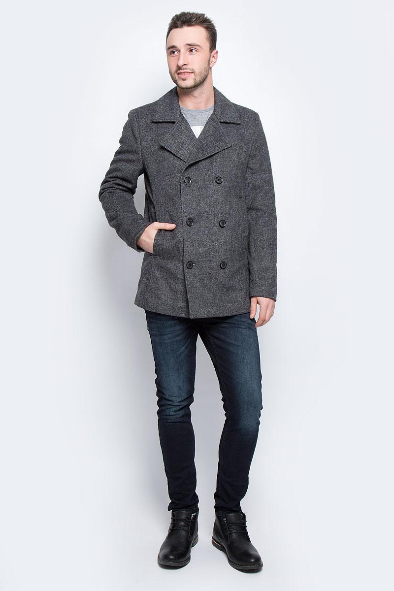 ПальтоW16-22041_202Мужское пальто Finn Flare с длинными рукавами и воротником с лацканами выполнено из шерсти с добавлением полиэстера и вискозы. Наполнитель - синтепон. Пальто застегивается на пуговицы спереди. Изделие дополнено двумя втачными карманами спереди и внутренним втачным карманом на пуговице.