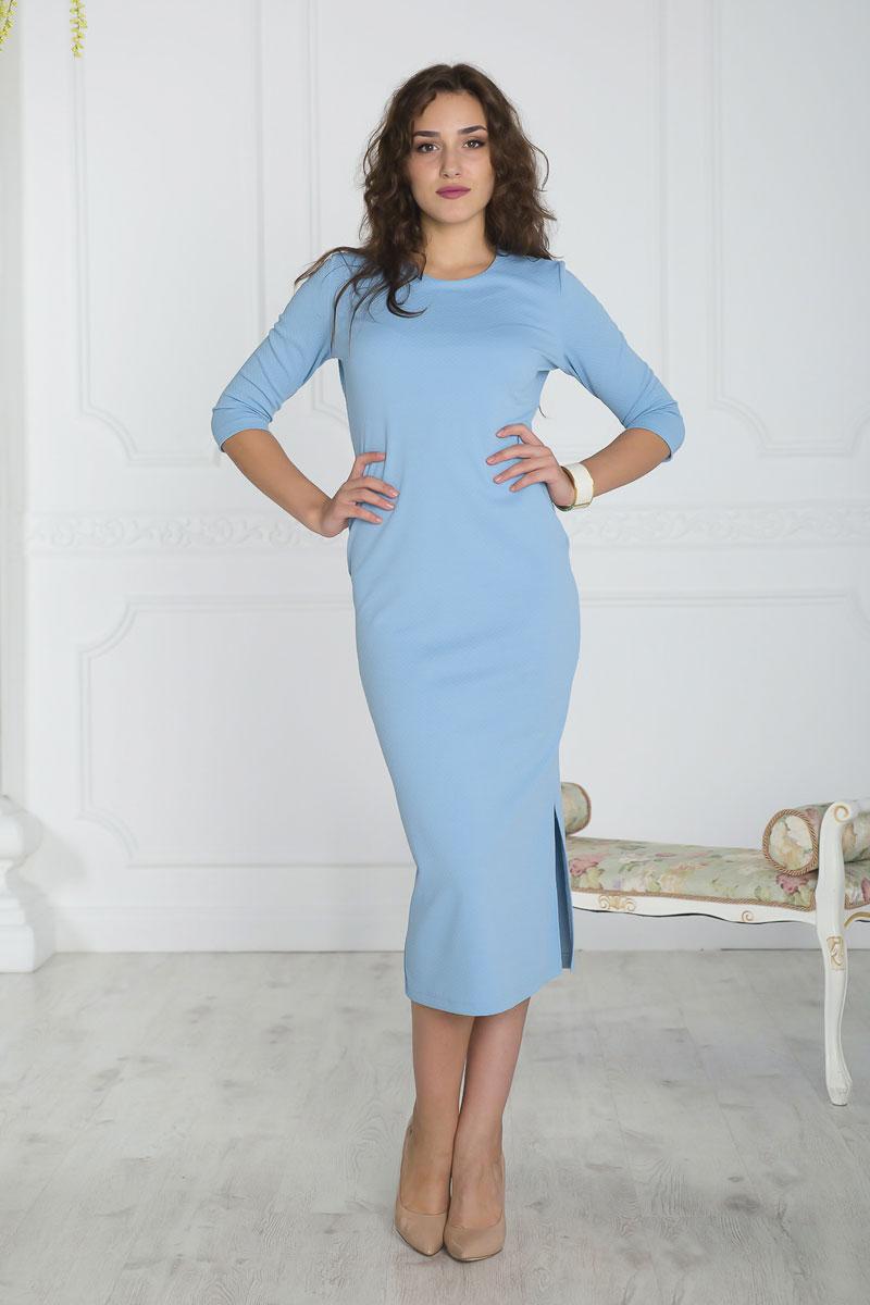 Платье861Платье Lautus выполнено из полиэстера с добавлением вискозы и эластана. Платье-миди с круглым вырезом горловины и рукавами длинной 3/4. Модель дополнена разрезом расположенным в левом боковом шве.