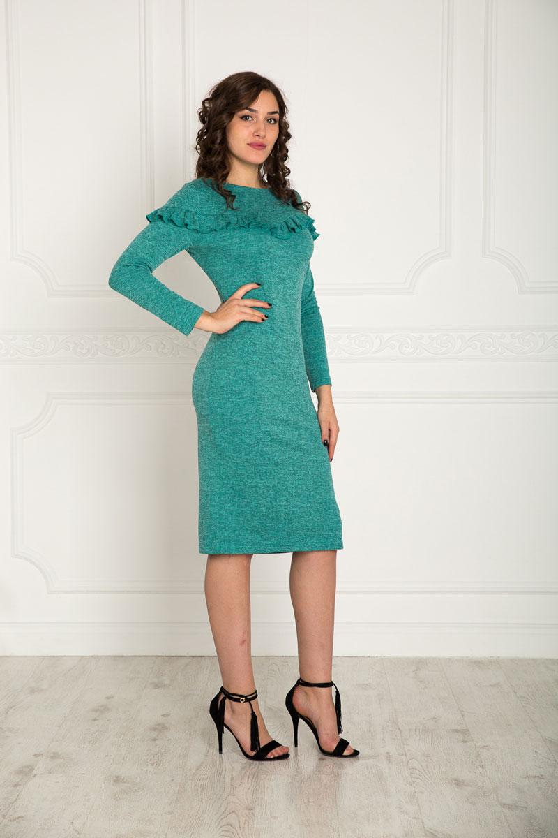 915Платье Lautus выполнено из полиэстера с добавлением вискозы и эластана. Платье-миди с круглым вырезом горловины и длинными рукавами. Левый боковой шов дополнен небольшим разрезом. Платье по груди и рукавам оформлено узкой оборкой.