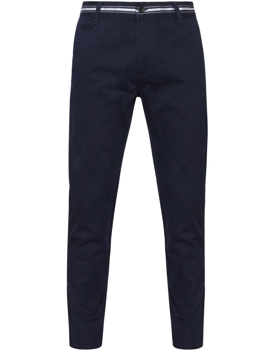 Брюки2L150069M/25735N/7800NМужские брюки oodji Lab выполнены из натурального хлопка. Модель застегивается на пуговицу в поясе и ширинку на молнии. Имеются шлевки для ремня. Спереди расположены два втачных кармана и прорезной кармашек, сзади - два прорезных кармана на пуговицах. Пояс декорирован контрастной лентой.