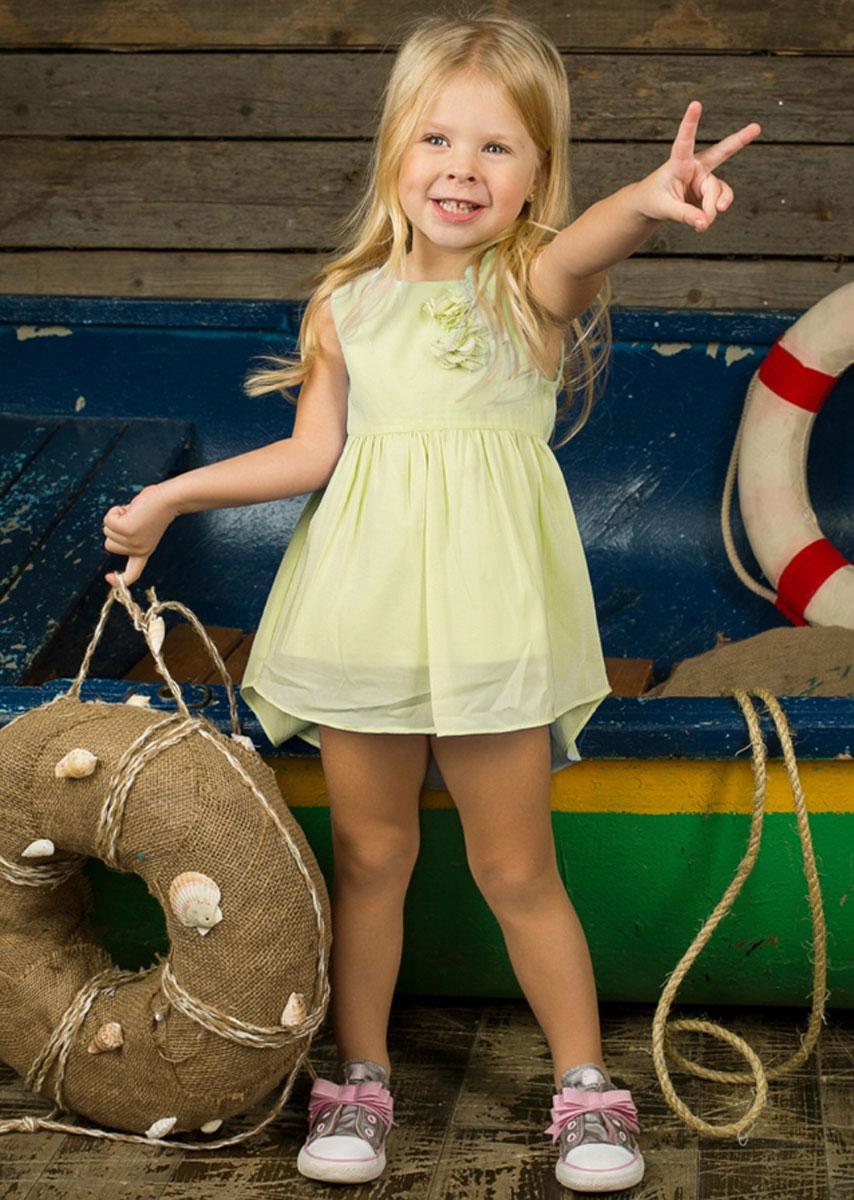 Платье195913Очаровательное платье для девочки Sweet Berry идеально подойдет вашей малышке. Платье выполнено из полиэстера с подкладкой из хлопка, оно необычайно мягкое и приятное на ощупь, не сковывает движения малышки и позволяет коже дышать, не раздражает даже самую нежную и чувствительную кожу ребенка, обеспечивая наибольший комфорт. Платье без рукавов застегивается на молнию на спинке и имеет удлиненную сзади юбку. Платье украшено декоративными текстильными цветами на лямке спереди. Оригинальный современный дизайн и модная расцветка делают это платье модным и стильным предметом детского гардероба. В нем ваша малышка будет чувствовать себя уютно и комфортно и всегда будет в центре внимания!