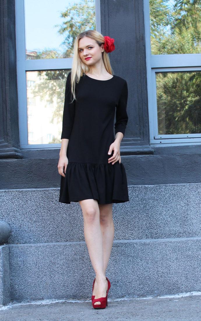 Платье875Платье Lautus выполнено из полиэстера с добавлением вискозы и эластана. Платье-миди с круглым вырезом горловины и рукавами длинной 3/4. По низу изделие оформлено оборкой.