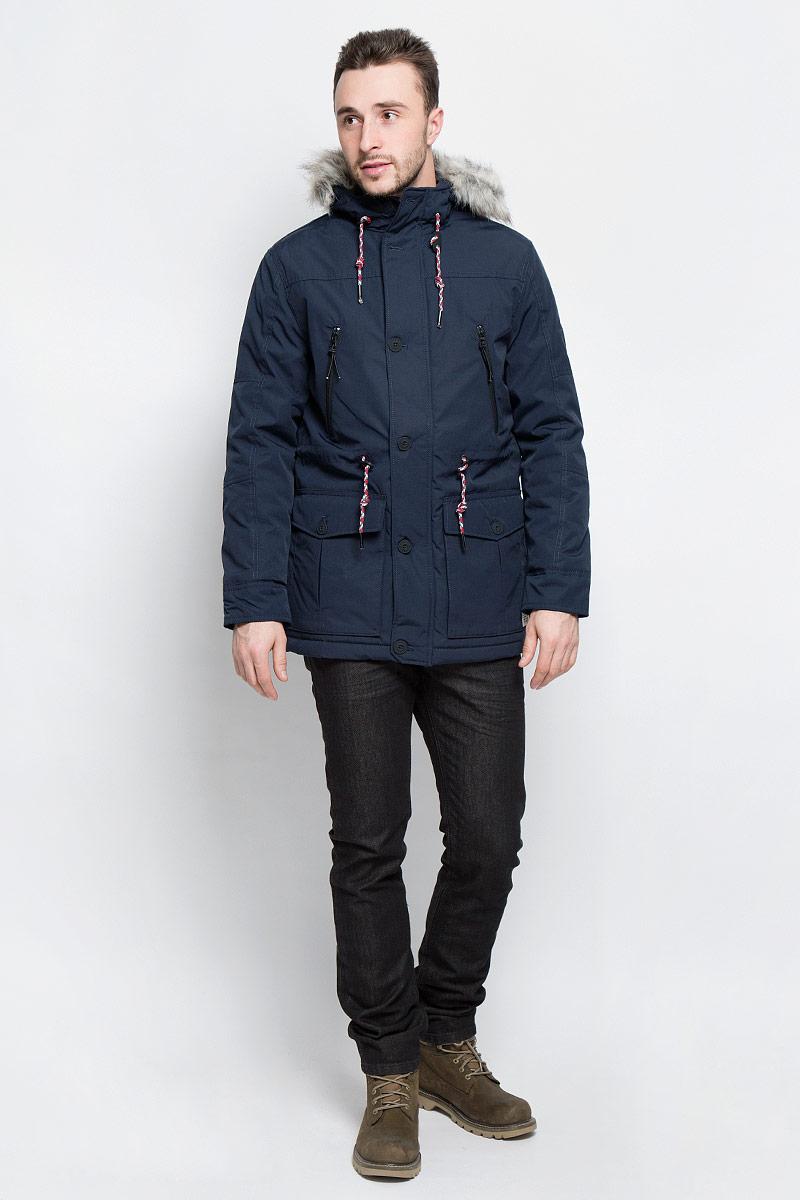 3532862.03.12_6576Мужская куртка Tom Tailor Denim выполнена из полиэстера с добавлением хлопка. В качестве подкладки и утеплителя используется полиэстер. Модель с капюшоном и длинными рукавами застегивается на застежку-молнию и дополнительно имеет ветрозащитную планку на пуговицах. Капюшон дополнен шнурком-кулиской и оформлен искусственным мехом. Низ рукавов дополнен хлястиками на пуговицах. Линия талии дополнена шнурком-кулиской со стоплерами. Спереди расположено два накладных кармана с клапанами на пуговицах, два прорезных кармана на застежках-молниях и два боковых кармана на кнопке, а с внутренней стороны расположен прорезной карман на кнопке. Куртка оформлена фирменной нашивкой на левом рукаве.
