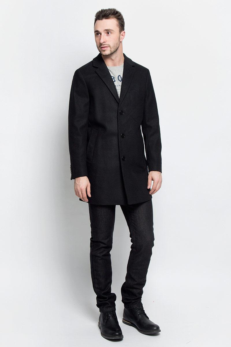 Пальто3820920.00.10_2550Мужские пальто Tom Tailor выполнено из высококачественного комбинированного материала. Изделие дополнено подкладкой из полиэстера. Модель с воротником с лацканами и длинными рукавами застегивается на три пуговицы. Низ рукавов оформлен декоративными пуговицами. Спереди расположено два прорезных кармана на кнопках, а с внутренней стороны - прорезной карман на пуговице.В среднем шве спинки расположена шлица.