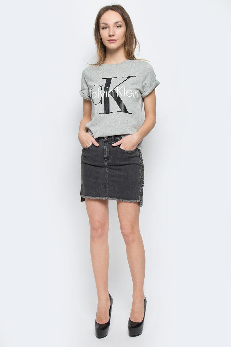 QS5557E_001Женская футболка Calvin Klein Underwear выполнена из натурального хлопка. Модель с круглым вырезом горловины и короткими рукавами. Низ рукавов дополнен небольшими отворотами. Футболка оформлена термоаппликацией в виде названия бренда.