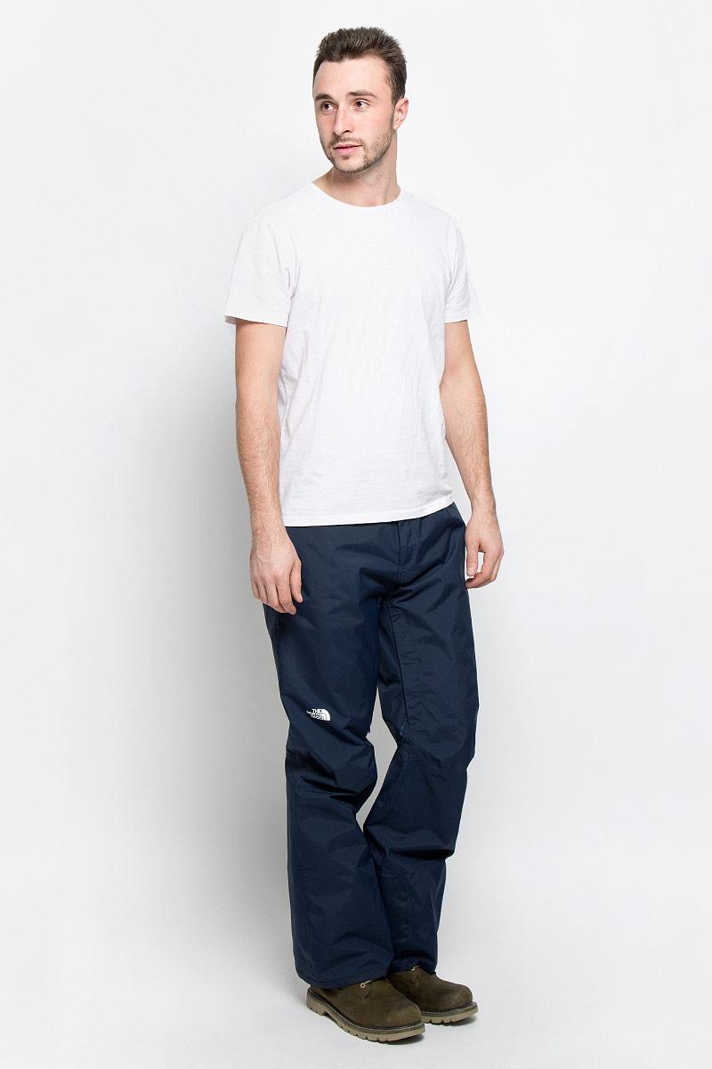 T92UA9H2GУтепленные мужские брюки The North Face Chavanne выполнены из нейлона. Материал изготовлен с применением технологии DryVent, которая обеспечивает превосходные водонепроницаемые и дышащие свойства и остается сухой как изнутри, так и снаружи. Подкладка выполнена из нейлона и дополнена вставками из полиэстера. Модель прямого кроя и стандартной посадки застегиваются на две копки на поясе и имеют ширинку на застежке-молнии. На талии имеются шлевки для ремня. Низ брючин дополнен внутренними манжетами с эластичными резинками. Спереди брюки дополнены двумя втачными карманами на застежках-молниях. Брюки оснащены вентиляционными отверстиями с сетчатыми вставками на застежках-молниях, которые расположены на внутренней поверхности в области бедер.