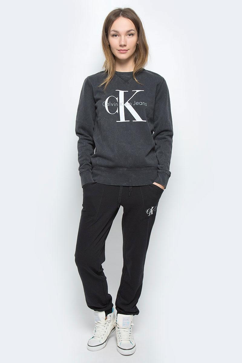 Свитшот63812577-1/46477/3179SЖенский свитшот Calvin Klein Jeans выполнен из натурального хлопка и дополнен вставками из эластичного хлопка. Модель с круглым вырезом горловины и длинными рукавами. Низ рукавов и низ изделия дополнены эластичными манжетами. Свитшот оформлен символикой бренда.